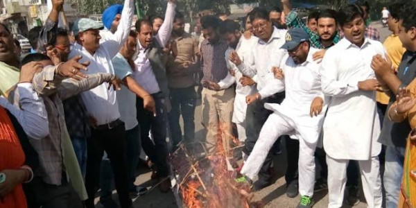youth-congress-protest-against-accidental-prime-minister-film-in-punjab