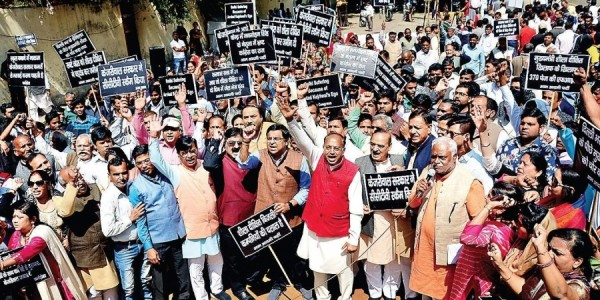 Union minister Vijay Goel leads protest march against AAP, Congress 'alliance'