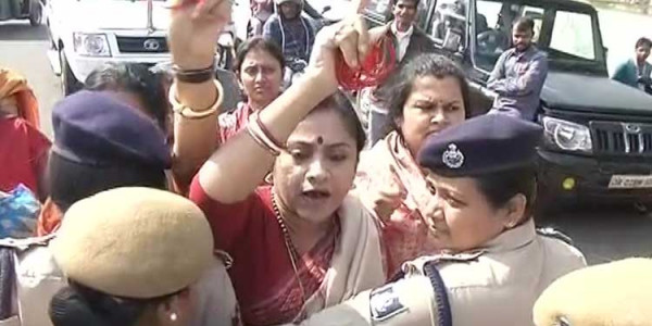 BJP Mahila Morcha Activists Scuffle With Cops On Way To Gherao Naveen Niwas