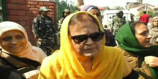 370 के खिलाफ प्रदर्शन करने पर फारूक अब्दुल्ला की बहन और बेटी को हिरासत में लिया गया