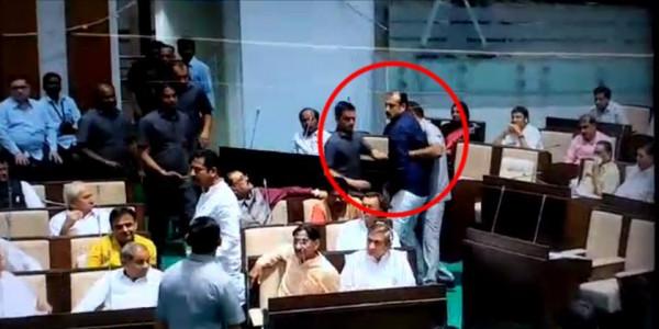 गुजरात विधानसभा में जमकर हंगामा, कांग्रेस MLA ने भाजपा विधायक को बेल्ट से पीटा