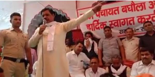 विधायक की फिसली जुबान, भाजपा नेता के सामने चश्मे के लिए मांगे वोट