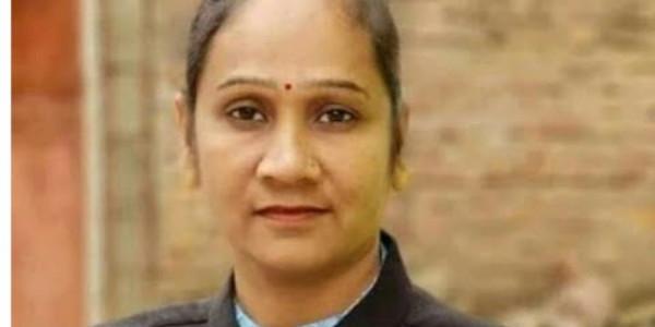 हत्या मामले में फरार जिस आरोपी को ढूंढ रही है पुलिस, वो विधायक पत्नी के साथ घूम रहा विधानसभा