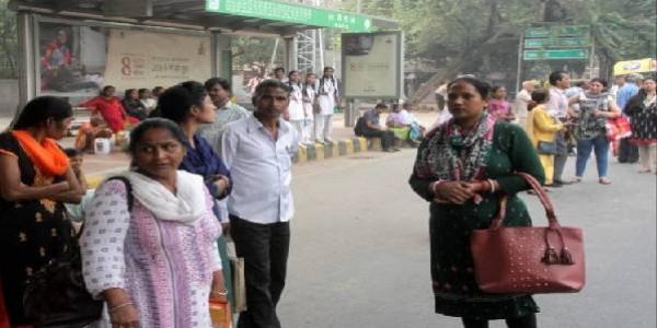 दिल्ली सरकार की महत्त्वकांक्षी मुफ्त सफर योजना ने तोडा दम, भीड़ करती रही घंटों इंतजार