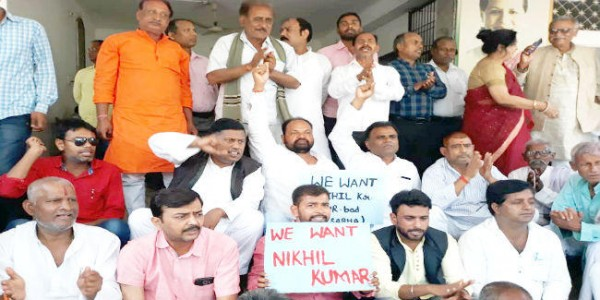supporters-of-sitting-on-a-dharna-at-the-sadakat-ashram-for-the-ticket-of-congress