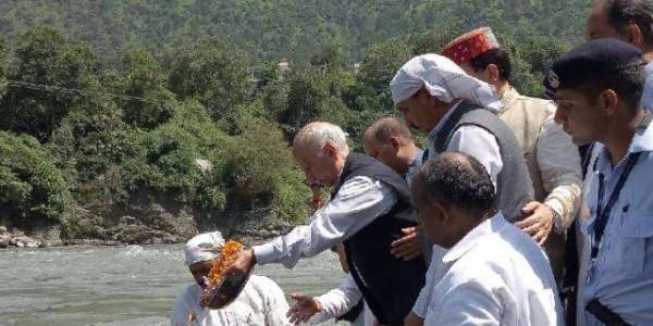 शांता कुमार ने रावी में विसर्जित की वाजपेयी की अस्थिया