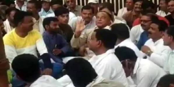 laxman-singh-protests-outside-brother-digvijay-singh-bungalow-demands-chachaura-be-made-a-district