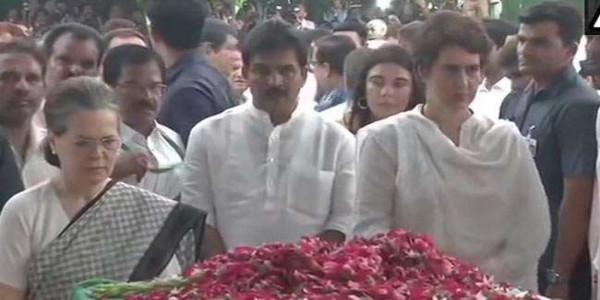 श्रद्धांजलि के बाद बोलीं सोनिया: नेता से ज्यादा दोस्त थीं शीला दीक्षित, राहुल नहीं पहुंचे