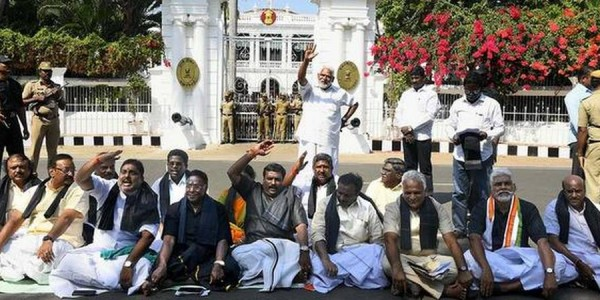 narayanasamy-ministers-lay-siege-to-raj-nivas