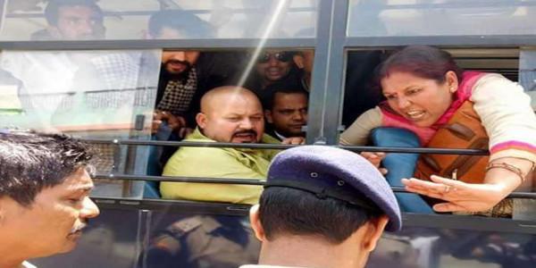 कांग्रेस विधायक हरीश धामी को पुलिस ने दर्जनों समर्थकों के साथ गिरफ्तार किया