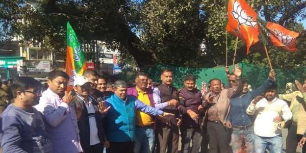 भाजपा ने किया कांग्रेस के खिलाफ प्रदर्शन, कहा-जनता से माफी मांगे राहुल गांधी