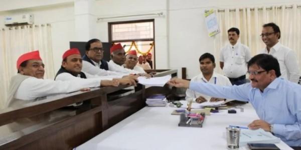आजमगढ़ में अखिलेश यादव ने किया नामांकन, बोले- अगर वो चाय वाले तो हम भी हैं दूधवाले