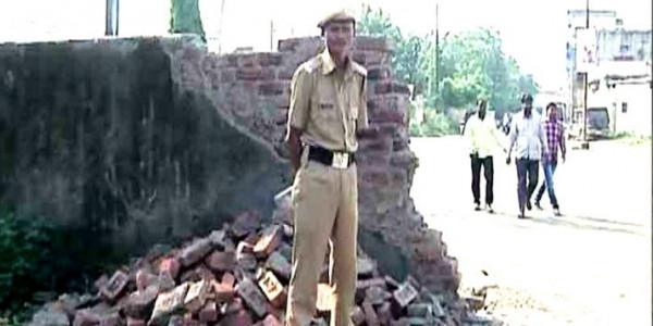 शिवसेना प्रमुख की चुनावी सभा के लिए तोड़ी गई स्कूल की दीवार, परीक्षा भी टाली गई