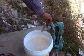 जुआरी गांव में कभी-कभार आता है पानी, वह भी पीने योग्य नहीं होता