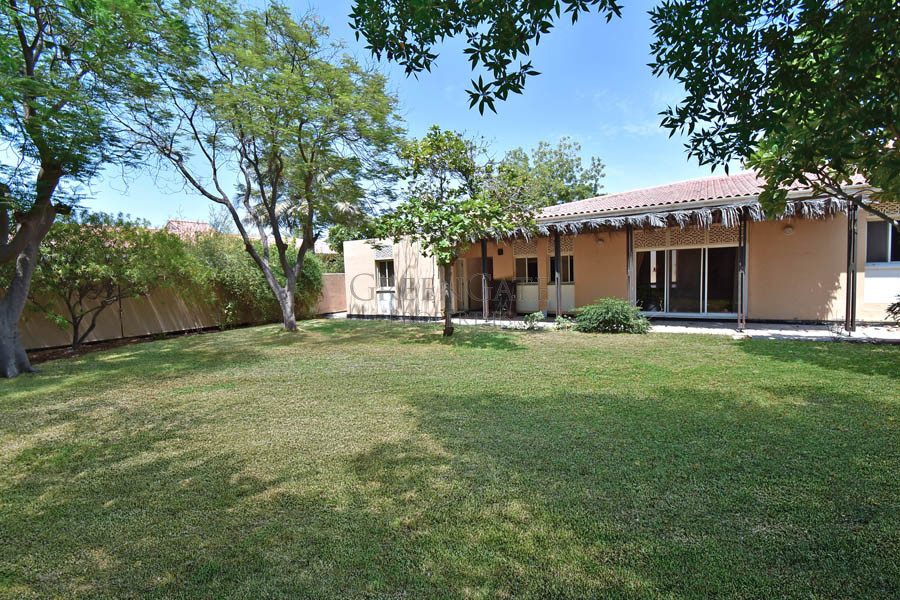 Lovely 3(+1) Bed Villa with Large Private Garden!