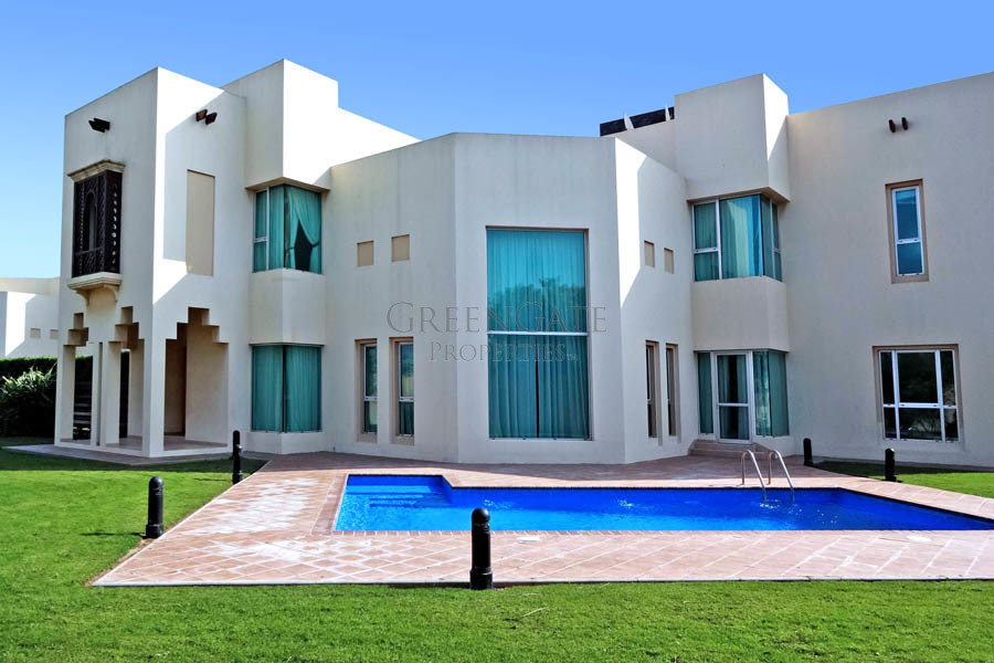 Magnificent 4 Bed Villa with Large Garden and Pool