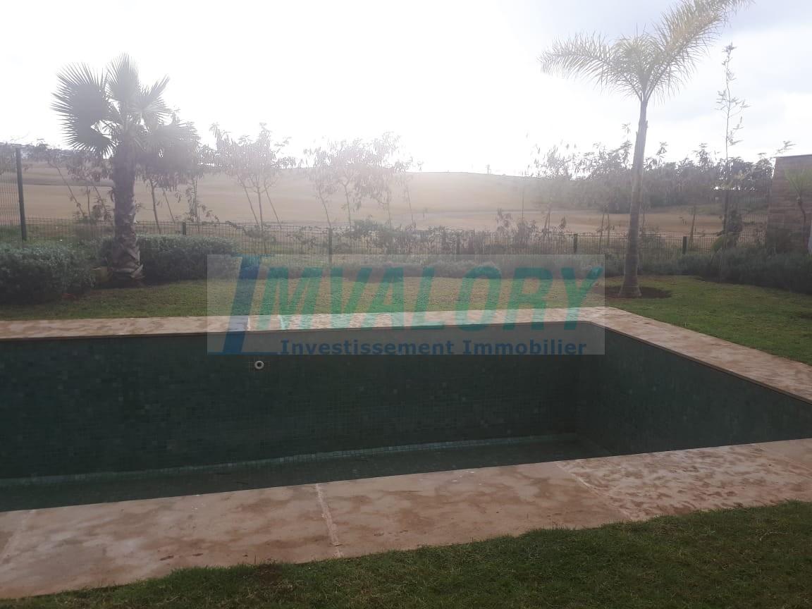 A louer villa neuve front Golf à bouskoura 600m²