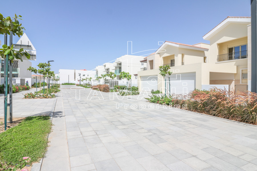 5BR Contemporary Villa Facing Lagoon Park - District One