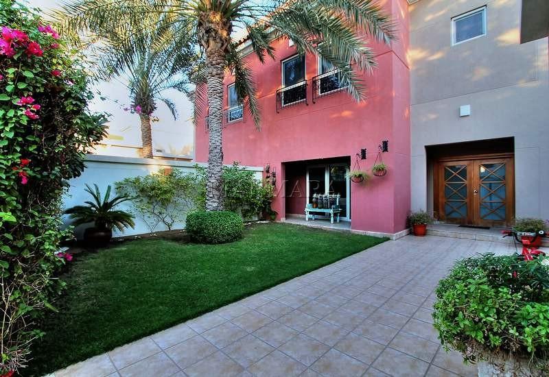 Modern 4 bed+m with garden in Umm Suqeim