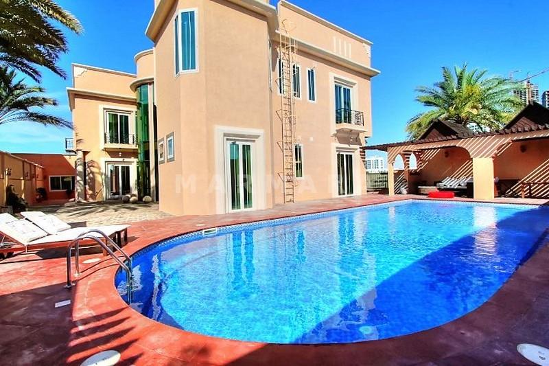 Luxury 5 br+m house with pool Umm Suqeim