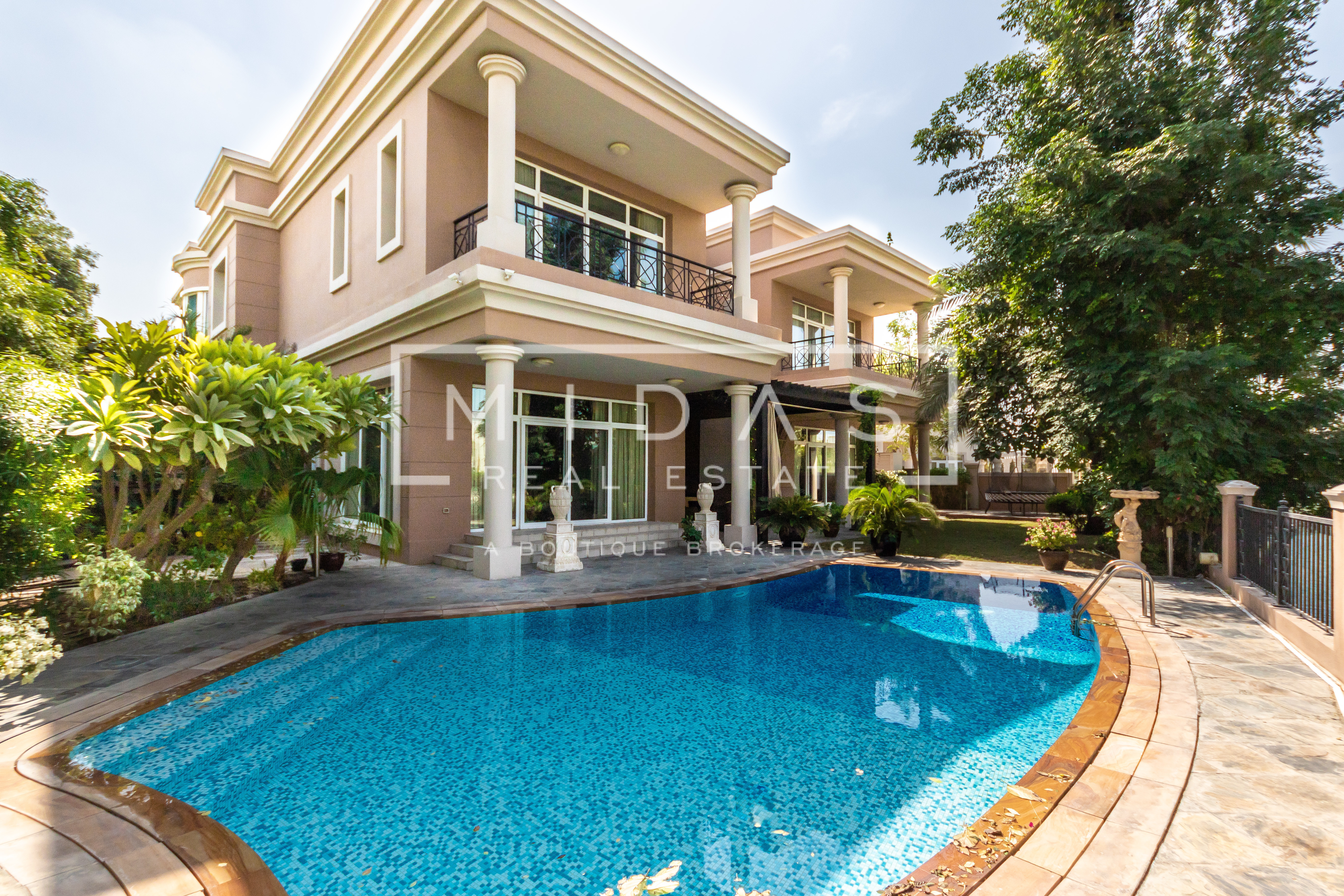 Spectacular Lake Side Villa   Close Proximity to Park