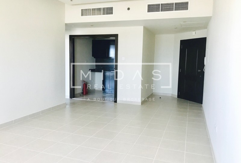 Bright and Spacious 1BR in Dubai Marina w/ Sea View