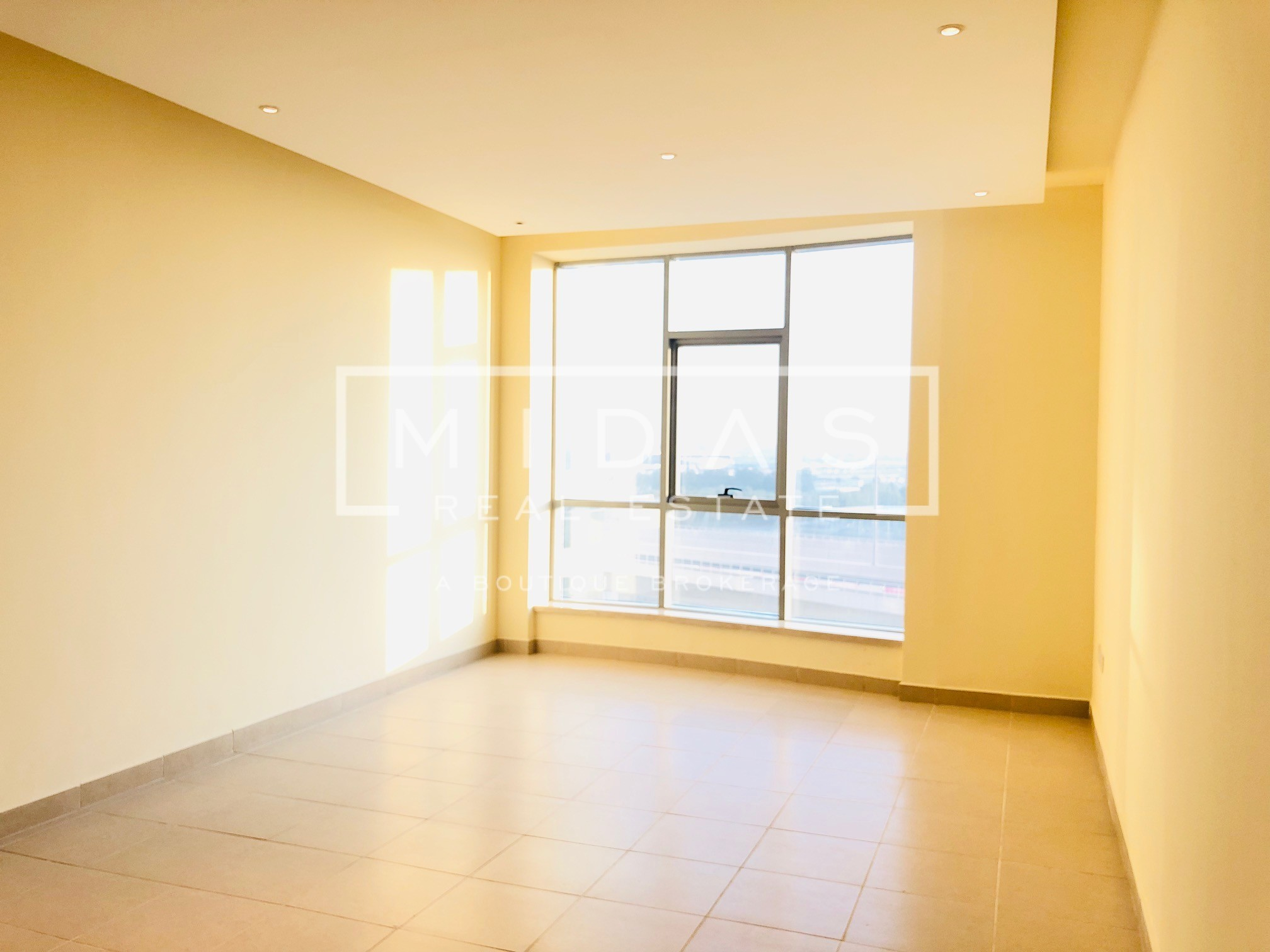 Bright Vacant Studio in Dubai Marina w/ Partial Sea View
