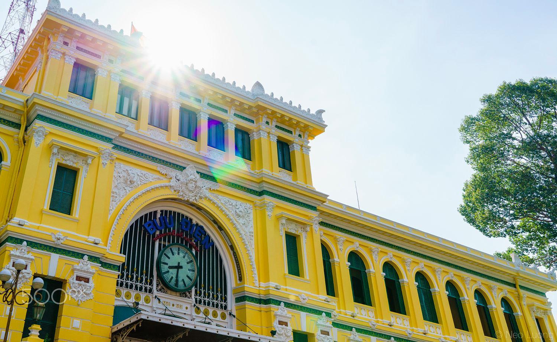 Bưu điện thành phố rực sắc trong nắng Sài Gòn - Ảnh: Neo Luong