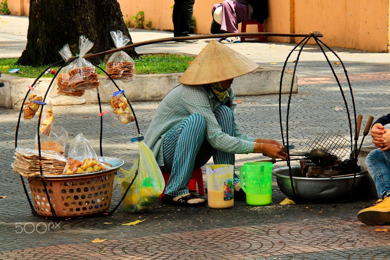 Gánh hàng rong bán bánh dừa và bông lan nướng - Ảnh: Briandanne Powell