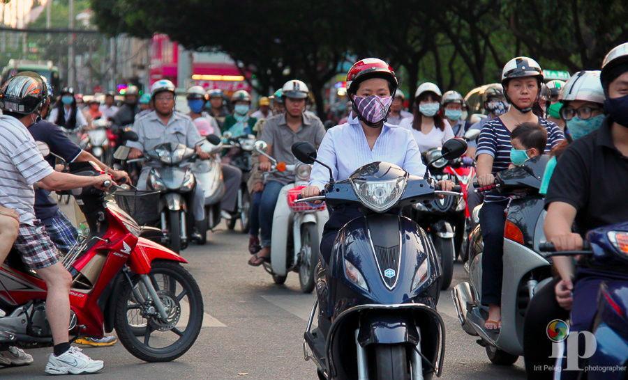 Giờ cao điểm Sài Gòn vào trưa và chiều tan tầm - Ảnh: Irir Peleg