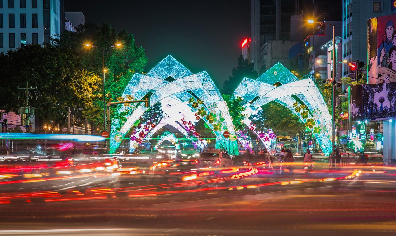 Sài Gòn hoa lệ vào đêm với người xe nườm nượp - Ảnh: Viataliy Sharavara