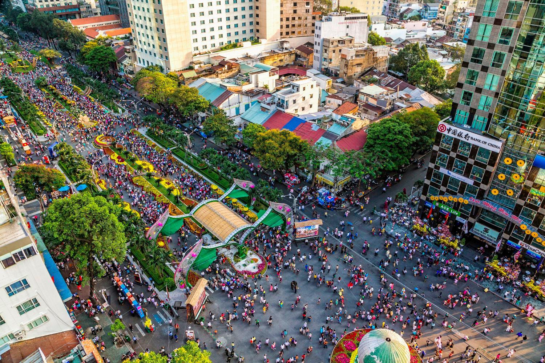 Dịp cận Tết Sài Gòn đông đúc người xe - Ảnh: Pierre Ogeron