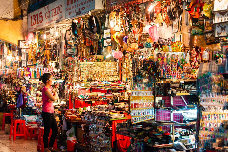 Khu hàng lưu niệm hút khách du lịch Sài Gòn