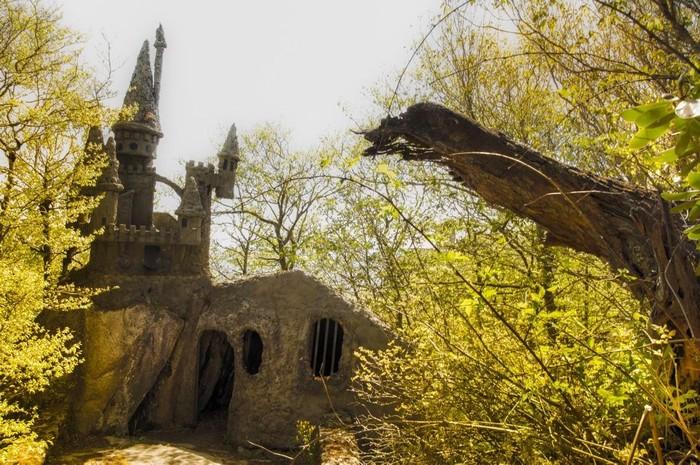 Lâu đài hoang tàn trong khuôn viên của Land of Oz