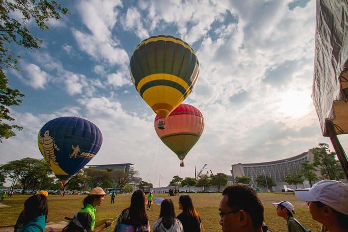 Lễ hội khinh khí cầu bên cạnh lễ hoa đăng