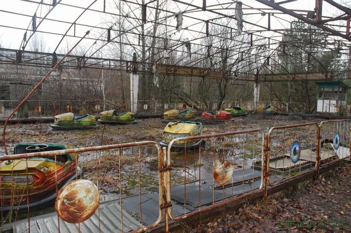 Không gian hoang tàn, xơ xác trong công viên Pripyat