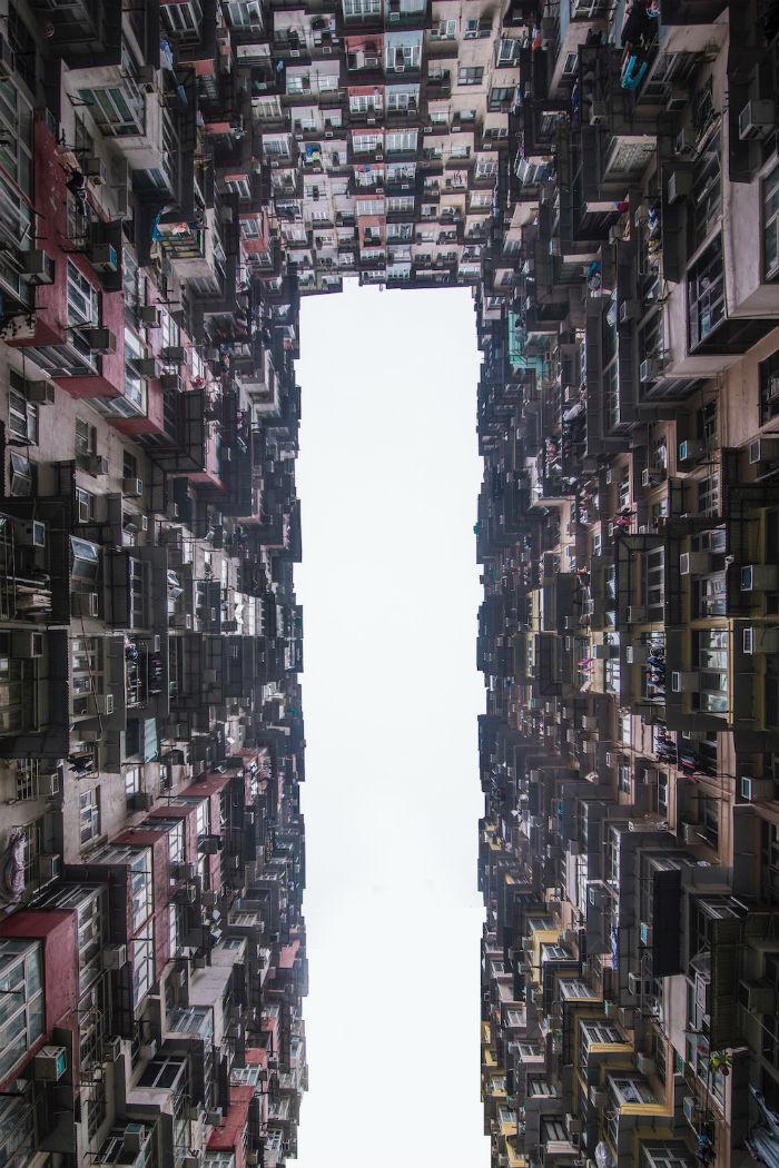 Nhà cao ốc là điểm nhấn đặc biệt của đảo Hong Kong. Sau khi đã thoả thích khám phá trung tâm hành chính và thương mại, hãy đi tàu siêu tốc đến Tai Koo và từ đây, bạn sẽ có cơ hội chiêm ngưỡng tòa nhà biểu tượng của cả Hong Kong với tên gọi Yick Fat.