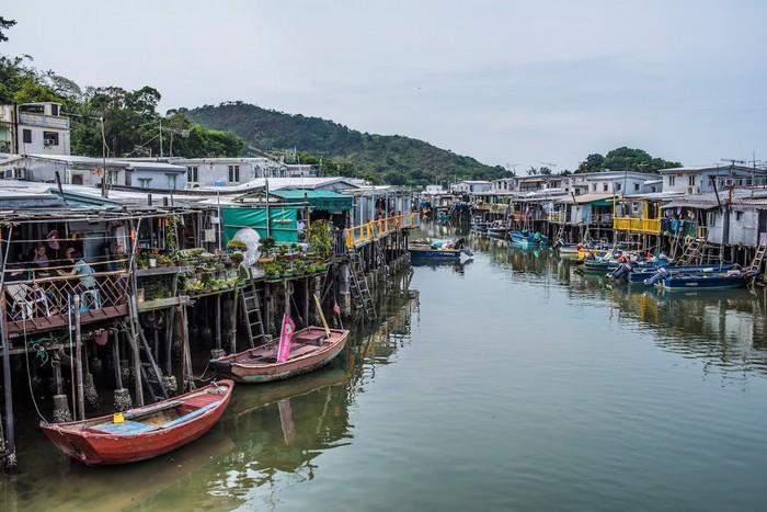 Sau khi dùng bữa tại nhà hàng chay trong thiền viện, bạn hãy bắt xe buýt số 21 đến Tai O, một làng chài truyền thống. Vì nơi đây luôn chật ních du khách, cư dân đã hoàn thiện một hệ thống xe cáp Ngong Ping 360 và nếu đi bộ, sẽ chỉ mất vài phút để đến nơi