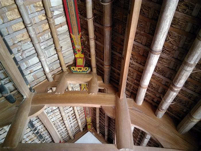 Bên dưới mái nhà có hệ thống rui mè rất chắc chắn.
