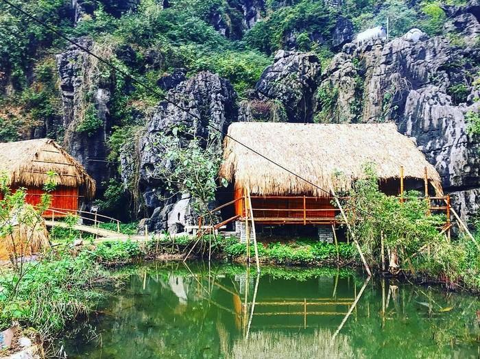 Ngôi nhà bằng tre giữa núi non sông nước