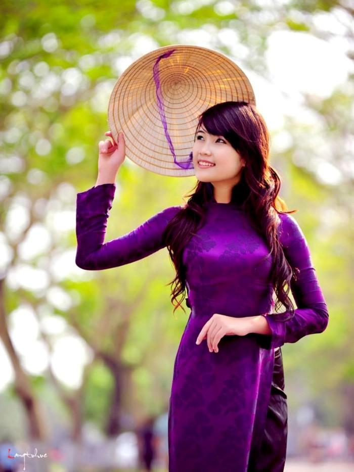 Nón lá và áo dài tôn lên vẻ đẹp cho phụ nữ đất Việt