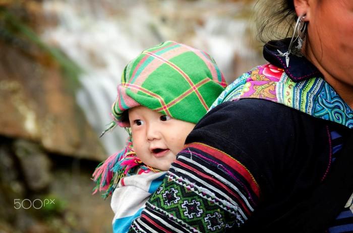 Hay nụ cười hồn nhiên của em bé rẻo cao
