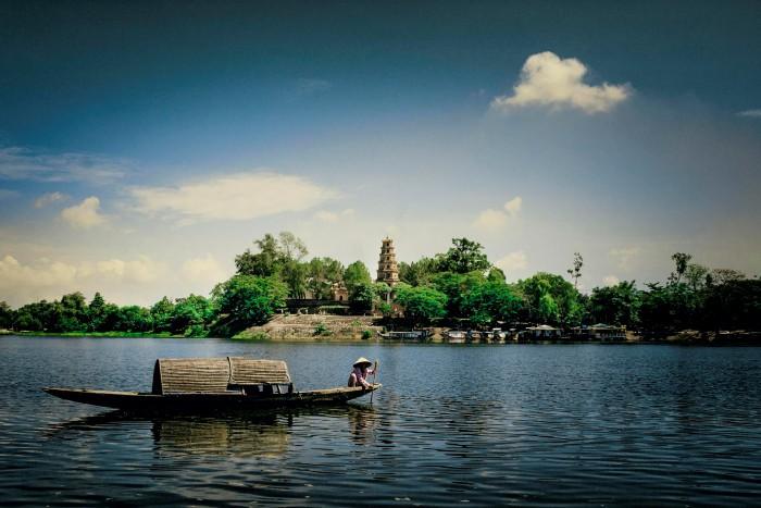 Thấp thoáng chùa Thiên Mụ bên sông Hương