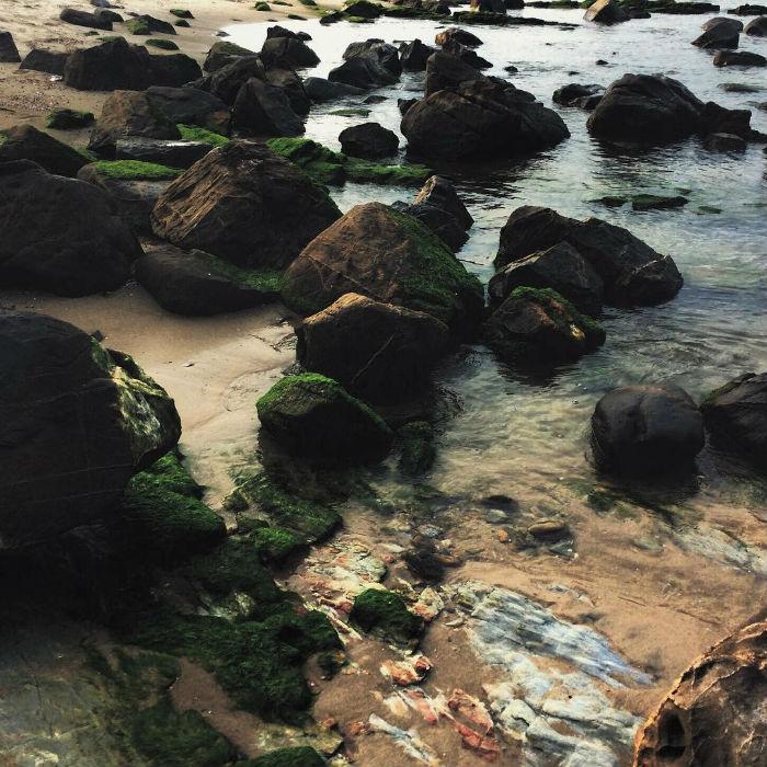 Những phiến đá nằm ngổn ngang bên sóng nước