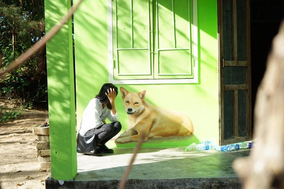 Có chú chó nhỏ nằm bên hiên nhà