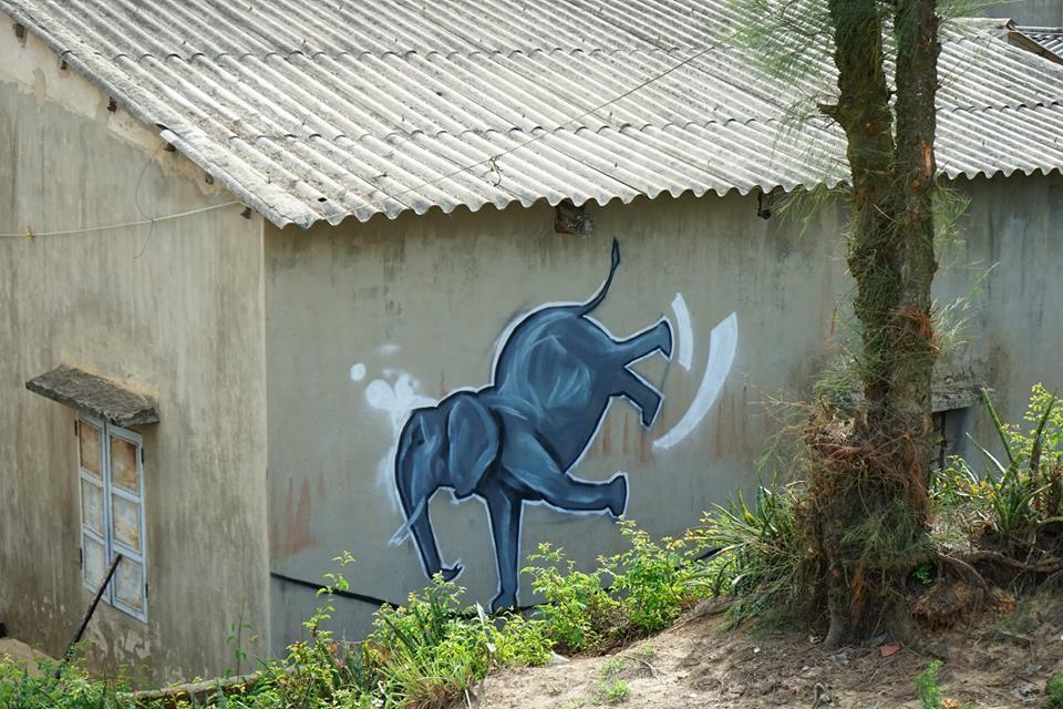 Chú voi trên bức tường cũ