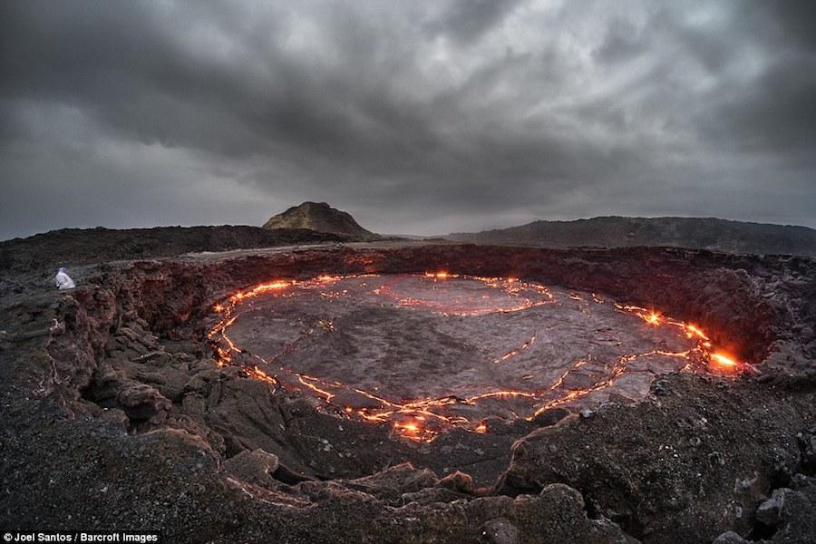Sa mạc Danakil, nơi núi lửa Erta Ale tọa lạc là khu vực không dân cư nóng nhất thế giới. Vì thế, Santos chỉ có thể ghi hình vào sáng sớm hoặc tối muộn.