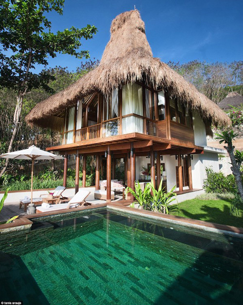 Nihiwatu, trước là một địa điểm lướt sóng ít người biết đến trên đảo Sumba, nay đã có tới 28 biệt thự, hồ bơi riêng, phòng spa trên ngọn cây, khu cưỡi ngựa cùng nhà hàng bãi biển phục vụ những bữa ăn hấp dẫn nhất.