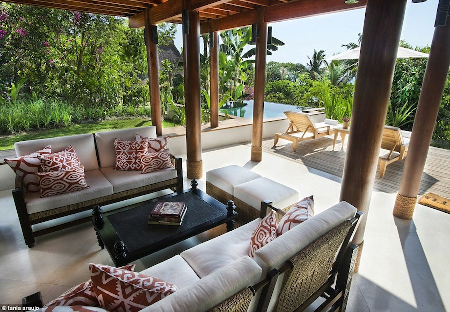 Nihiwatu được thành lập vào năm 1988 bởi một cặp vợ chồng đam mê lướt sóng. Họ dựng lên 10 phòng trên biển và dần phát triển thành khu nghỉ dưỡng sang trọng, trước khi bán cho doanh nhân người Mỹ Chris Burch vào năm 2012.