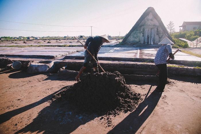 Cái nắng oi ả tưởng như vắt kiệt sức người lại chính là điều kiện thuận lợi trong công việc sản xuất của họ. Người dân phải đào các rãnh để dẫn nước về gần các ruộng muối.